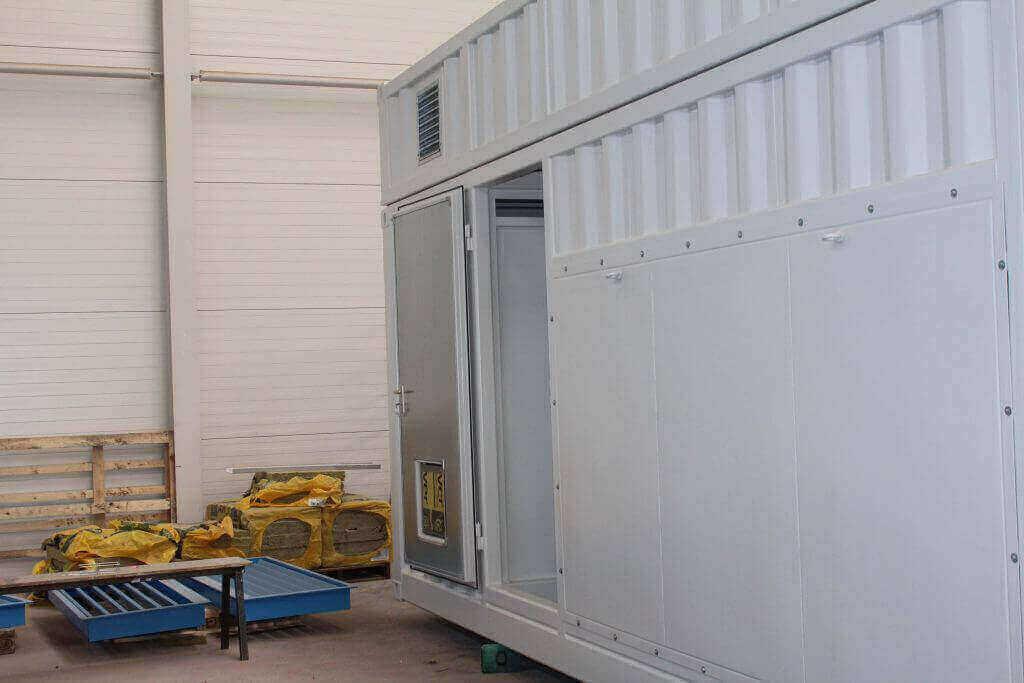 PtG-Container mit abnehmbarer Seitenwand, Dachhaube, Personaltüre, Trennwand und Wettergitter