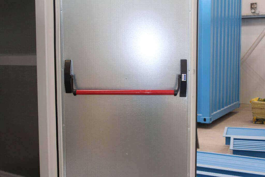 Fluchttüre in einem PtG-Container mit Panikstange